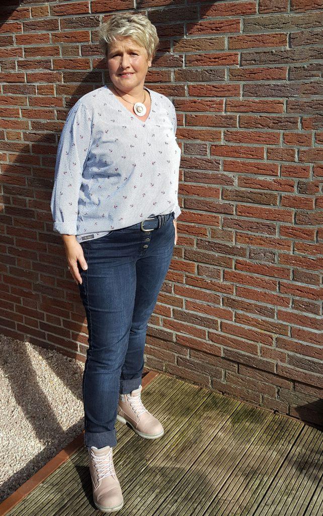 Blusenshirt sportlich in den Jeansbund gesteckt